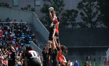 Timothy Bond of the Sunwolves wins a lineout