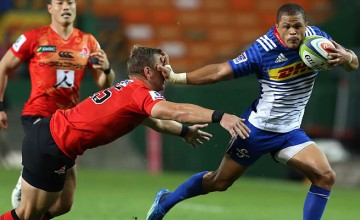 Juan de Jongh fends off Riaan Viljoen of the Sunwolves
