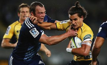 Luke Braid wrestles for the ball with Matt Toomua