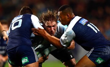 Etienne Oosthuizen confronts the Blues defence